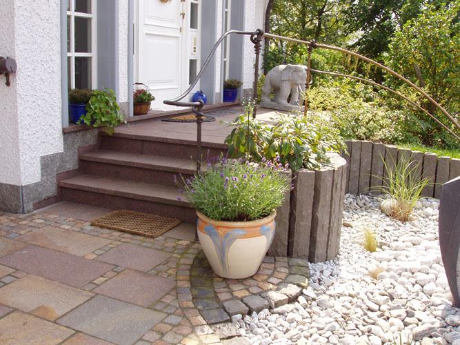 Die Geschwungene Natursteinmauer Dient Nicht Nur Dem Sichtschutz Zur Straße  , Sondern Auch Als Stützmauer Des Höher Liegenden Gartengeländes.