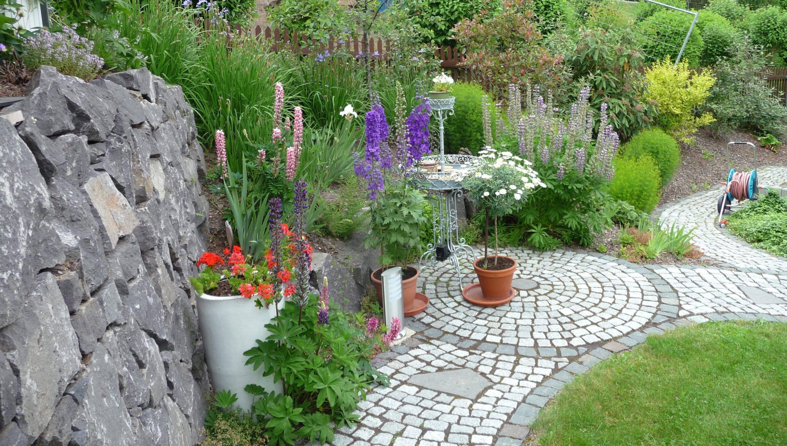 Hanggarten mit Obstwiese und Trockenmauern
