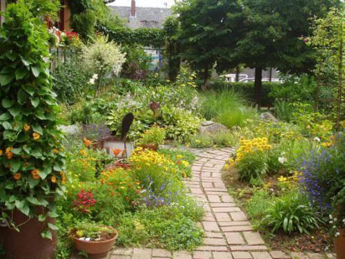 Gartenweg im Vorgarten