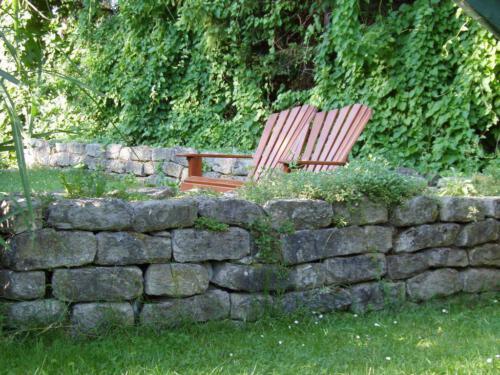Sitzplatz an Trockenmauer